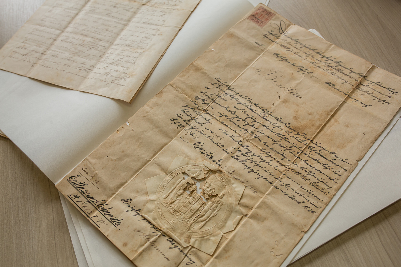 Educação organiza acervo de cartas antigas